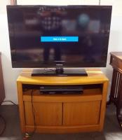 "Samsung 40"" TV Model LN40B530P7FXZA Screen Powers On, Toshiba DVD/VHS Combo Model DVR720KU Powers On With Manual And TV Stand"