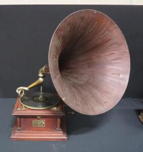 "Victor Talking Machine Company Victrola Model V To IV Phonograph Player With Wood Spearpoint Horn, 21.75"" Dia, Pre-1926, Still Operates"