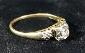 Unmarked Ring With Clear Stone Setting, Size 7, Unconfirmed Gold Content, 2g Total Weight