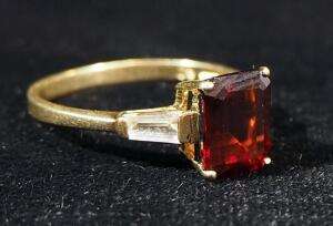 14K Gold Ring With Red And Clear Stones, Size 8-3/4, 2.4g Including Stones