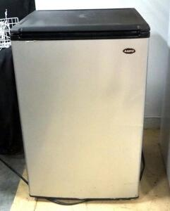 Sanyo Mini-Fridge Model SR-4910M, 4-8/9 Cu Ft, Powers On