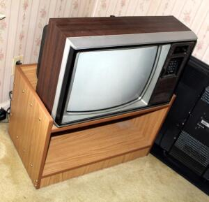 Vintage Zenith 20in Chromatic Television With TV Stand, Powers On
