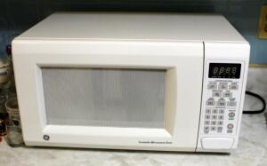 GE Turntable Microwave Oven Model JES1142WD O4, Powers On