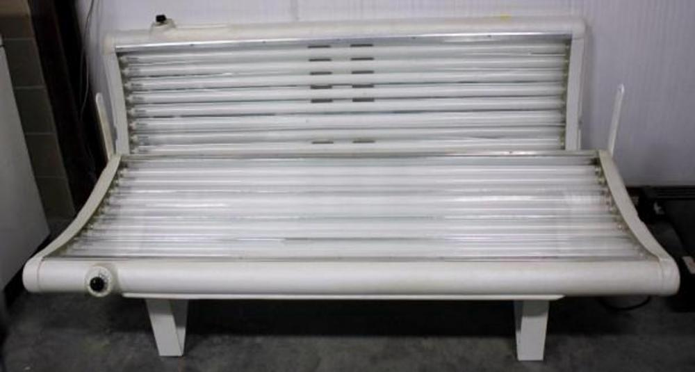 sunmaster tanning bed 24 bulbs 110 volt powers up and lights up