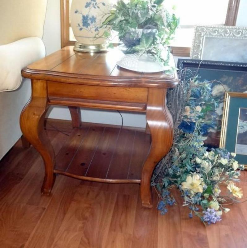 Lot 16 Of 295 Cabriole Leg End Table With Shelf Contents Not Included Ears To Be Knotty Pine 22 5 T X 24 W 27 D