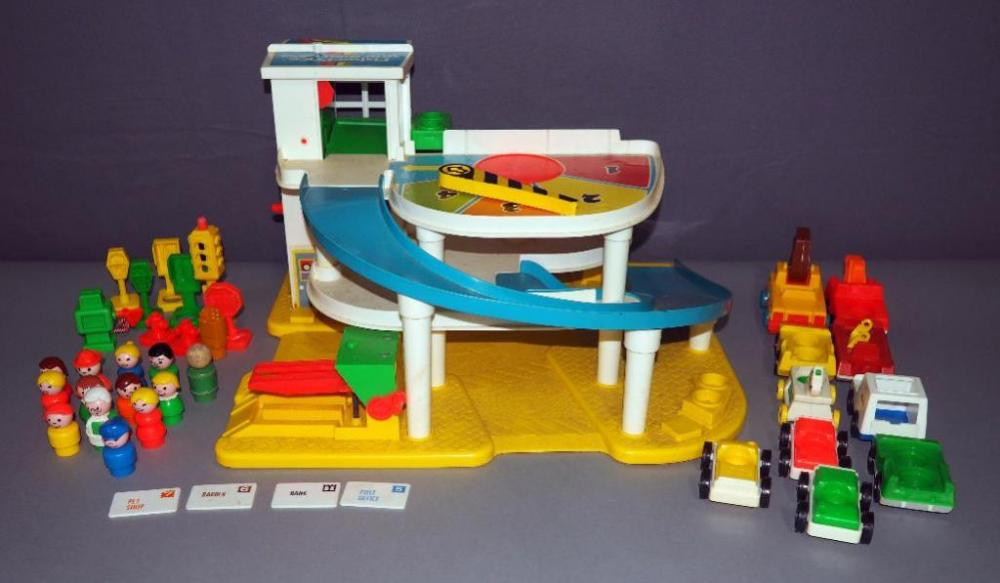Lot 117vintage Fisher Price Little People Garage With People And Cars