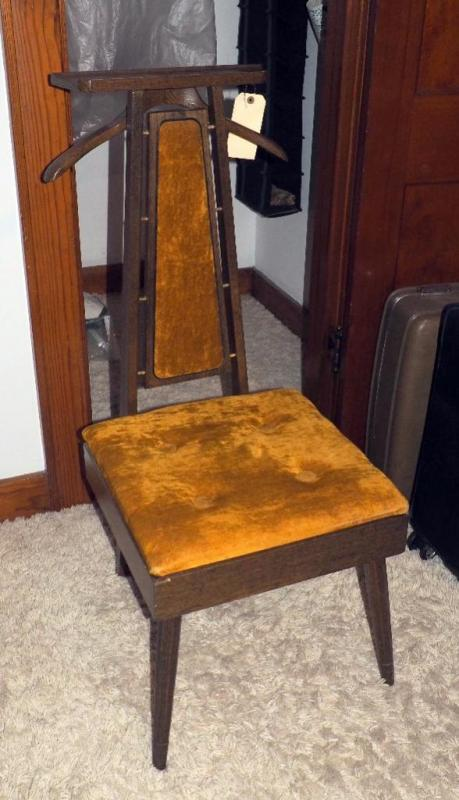 Lot 258 of 321: Mid Century Modern Padded Valet Chair With Lift Up Storage  Seat, 39
