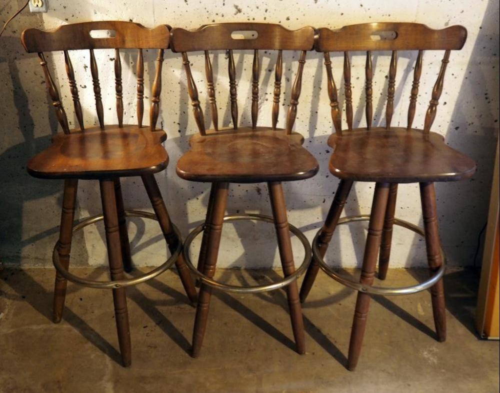 Lot 463 Of 585 Solid Wood Spindle Back 45 Bar Stools With Metal Foot Rest Qty 3